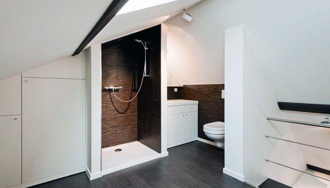 Zwart-wit badkamer onder een schuin dak. Een ontwerp van Montagna Lunga