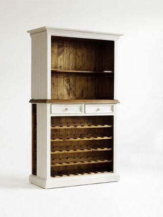 Regał na wino wykonany jest zlitego drewnasosnowego zwidoczną strukturą wkolorze kremowo-miodowym. Dzięki swojej bezpretensjonalnej, ajednocześnie prostej formie iciepłej barwie wprowadzi miłą atmosferę dokażdego wnętrza! Dzięki meblom Bodge każde wnętrze nabierze niesamowitego uroku, sielankowego ciepła istylu. Regał jest solidnie wykonany, zwielką dbałością owszystkie, nawet najdrobniejsze szczegóły