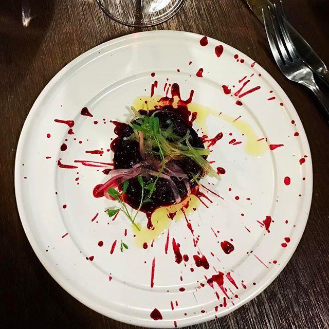 Cena en la mesa del gigante chef @aquileschavez en @soterorestmx en #pachuca. No se pierdan video del tour del restaurant en nuestra página de Facebook (link en nuestro perfil!). ¡¡Gracias Chef!!! #aquileschavez ...el platillo? Aguachile de Betabel Orgánico, servido sobre un aceite de oliva del Valle del Mezquital en vajilla #AnforaMichoacana. Violentamente De-li-cio-so!