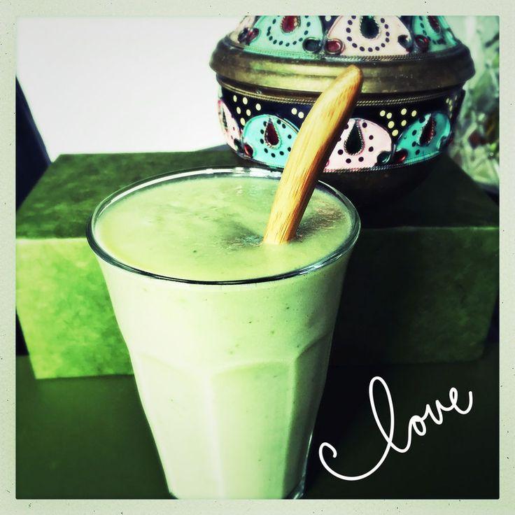 Detox smoothie komkommer blauwe bes. Ingrediënten: 300 ml kokoswater  1/4 komkommer 1/2 uitgeknepen citroen 2 handjes spinazie (diepvries) 1/2 avocado 1 cup blauwe bessen