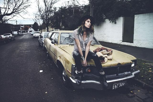 Eine einsame Frau auf einem Auto sitzend - so könnte ein guter Film starten...