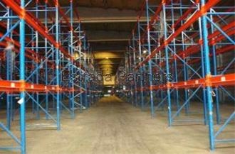 Nave logística en alquiler en Sant Fruitós de Bages (Barcelona) de 6.290m2 -Garita de recepción -10 muelles con plataformas móviles y rampa -Patios exteriores -2 despachos, 2 lavabos y sala para los equipos de manutención equipada para la recarga -Amplias zonas de maniobra -8,5m altura -Sprinklers -Estanterías (posibilidad de más) -Más información: www.estradapartners.com/naves/721/Barcelona.html -Estrada Partners -932151650- www.estradapartners.com - barcelona@estradapartners.com