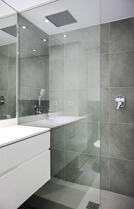 Chiralt arquitectos I Baño en vivienda moderna con mobiliario minimalista. Ducha con mampara de cristal.