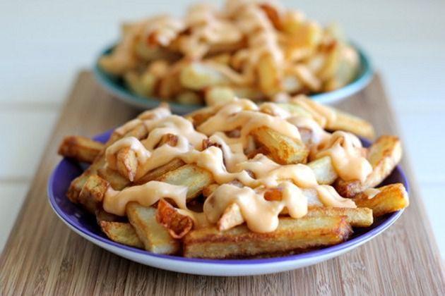 Batata frita com molho de queijo e alho - Vix