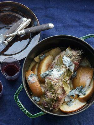 豚肉の内側にはきのこのフィリングを巻き込んで風味豊かに。最後に入れたブルーチーズの塩気が、りんごの甘みを引き立てるアクセント! 『ELLE a table』はおしゃれで簡単なレシピが満載!