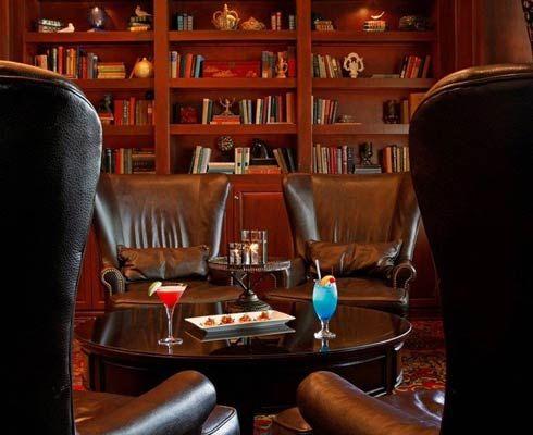 Cele mai bune 5 baruri din biblioteci pentru o seară liniștită