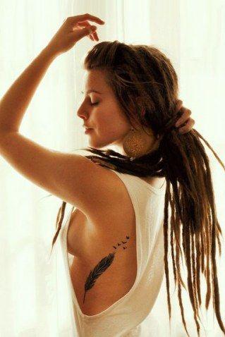 Doux, féminin, sensuel... Envie d'un joli tatouage plume pour chatouiller les curiosités ?Plume classique, plume de paon, plume d'aigle, plume d'oreiller...