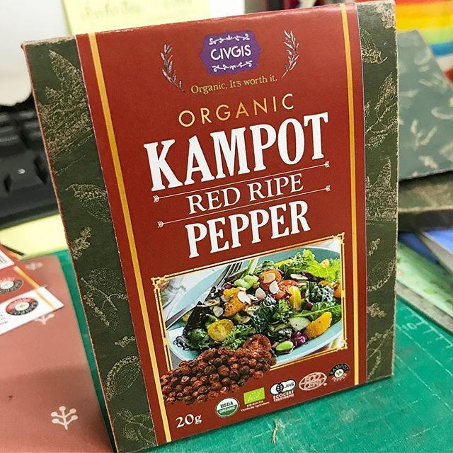 事務所で新商品、オーガニックカンポットペッパーのパッケージの模型を作ってみました。粒状の胡椒です。ものすごく高品質の高級品ですけど、売れるかなあ胡椒にこだわって良いものを買ってくれる人って少ないかな⁉️ やってみなけりゃわからないですよね〜 #チブギス #civgis #civgisマルシェ #followme #タイ#カンボジア #コショウ #胡椒 #オーガニック #オーガニック食品 #ペッパー #高級 #カンポット #pepper #organic #kampotpepper #kampot #スパイス #肉