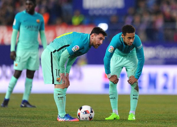 Lionel Mess and Neymar of FC Barcelona line-up a free kick during the Copa del Rey Semi-final First Leg match between Atletico Madrid and FC Barcelona at Vincente Calderon on February 1, 2017 in Madrid, Spain.  (Photo by Denis Doyle/Getty Images)anfran