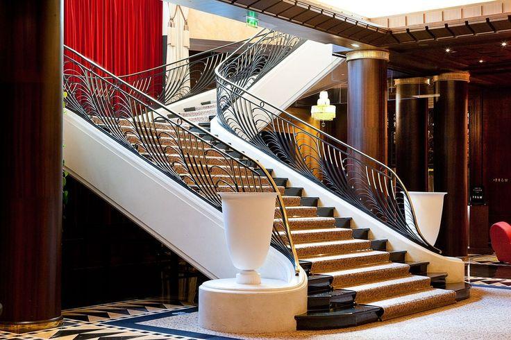 Дизайн лестницы модерн. Акриловый камень, черные ступени и ковка. Design stairs modern. Acrylic stone, black stage and forging.