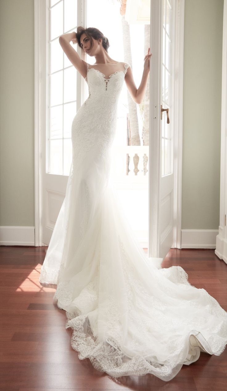 LORELLA - Elegant and sensual ivory dress with the sweetheart neckline and the overskirt.
