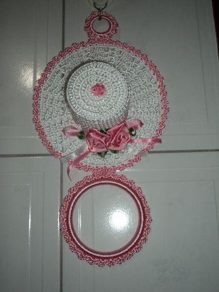 Porta pano de prato de chapéuzinho,feito em crochê com linha de poliester com aplicação de flores em fita de cetim!FAÇO DA COR DA SUA PREFERÊCIA! R$ 26,88
