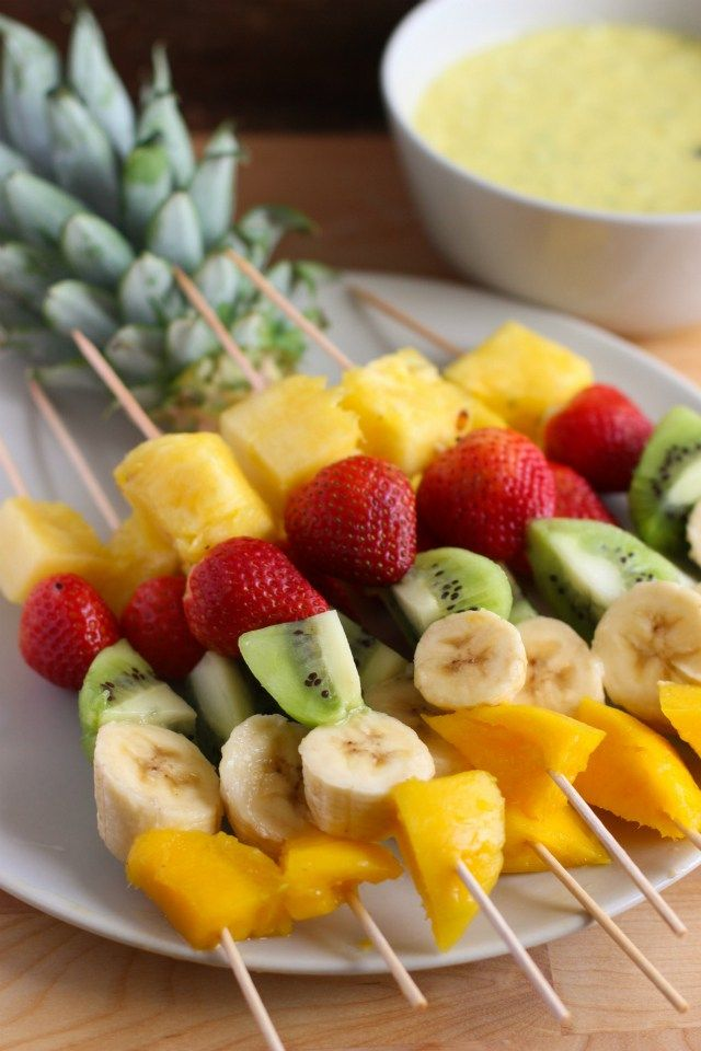 Completa la decoración de tu fiesta temática luau con este tip. Utiliza comida y fruta para crear una mesa de colores exóticos. #fiesta #hawaiana
