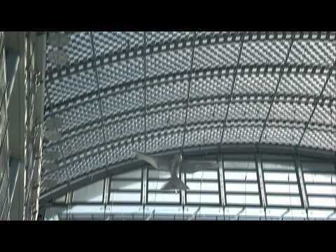 SmartBird en Biomimicry. Voorbeeld hoe de natuur model staat voor de ontwikkeling van doorbraakinnovaties. Video laat de vliegende SmartBird zien. Een eerste stap naar ultralichte robots die niet van echt te onderscheiden zijn.