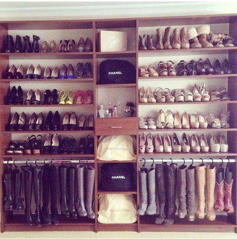 Perchas para pantalones como sujetadores de botas en el armario