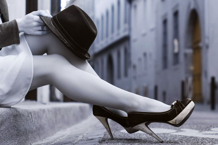 Сидящая на тротуаре