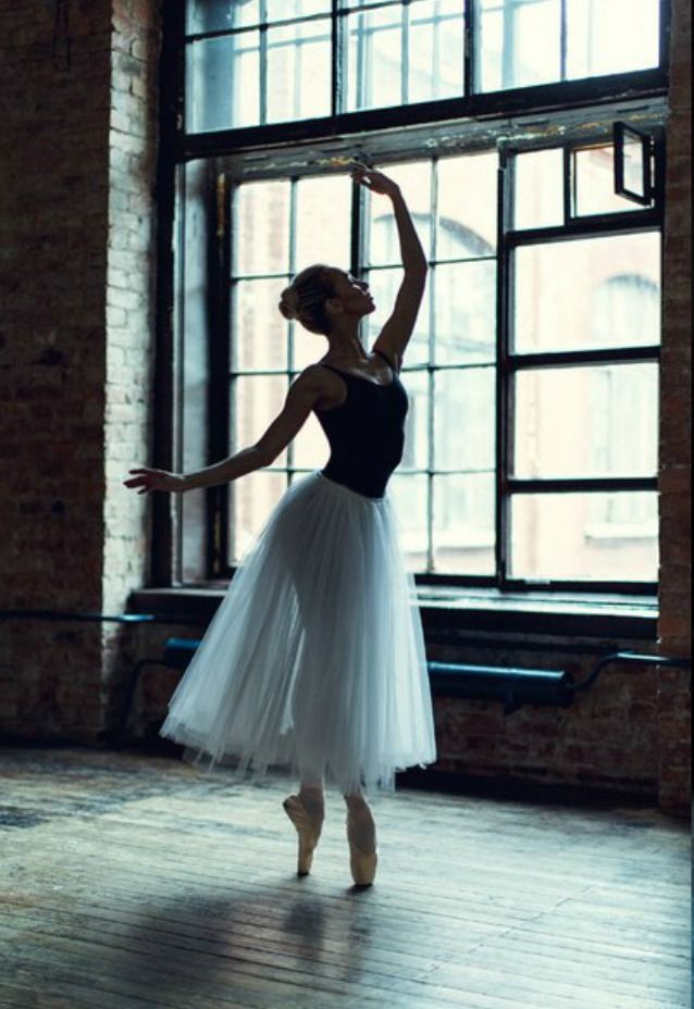 Ballerina - Photo by Vera Kashuba Photography.  ✯ Ballet beautie, sur les pointes ! ✯