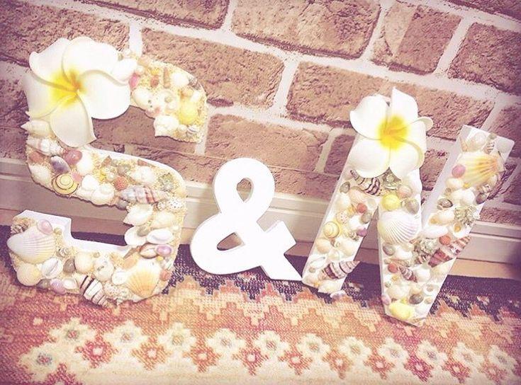 「* ウェディングで大活躍な〈イニシャルオブジェ〉⋈*。 . 色も種類もさまざまな貝殻で飾られたオブジェは ビーチウェディングにぴったりです . 結婚式のテーマに合わせたデコレーションで ウェルカムスペースや高砂に飾ってみてはいかが?♡ . . photo by @shiio_nao .…」