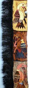 Cultura Paracas, Perú. Franja de orilla, Bordado de lana sobre tela de algodón, compuesta por dos pedazos unidos por una costura. Museo de Cultura Mundial, Suecia.