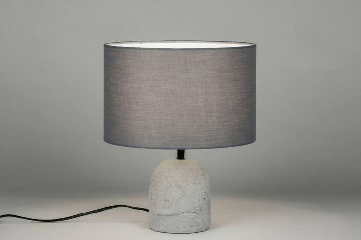 artikel 10360 Het armatuur van deze lamp bestaat uit een betonnen voet en een grijze kap.  https://www.rietveldlicht.nl/artikel/tafellamp-10360-modern-stof-grijs-rond