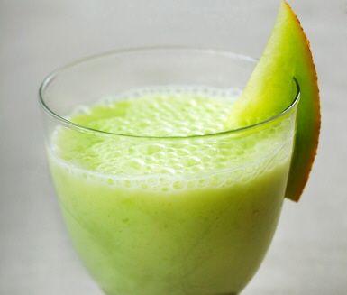 Denna indiska variant av smoothie är lika superenkel att göra, som lyxig att smaka eller bjuda på. En melon- och ingefärslassi funkar bra både som dessert och mellanmål och svalkar gott då den bör serveras med en is.