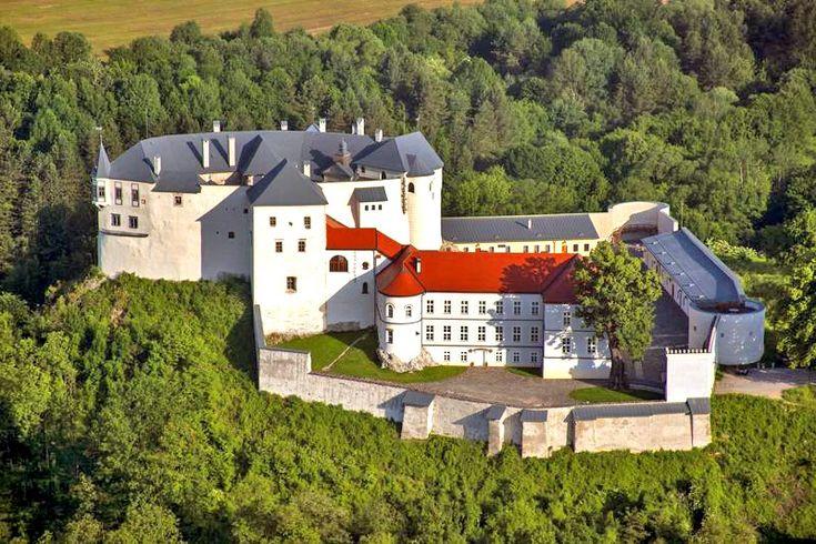 Hrad Lupča na Slovensku vznikl před rokem 1250 a původně sloužil královské rodině jako lovecké sídlo. Později hrad měnil majitele, kteří ho přizpůsobovaly svým požadavkům, čehož důkazem jsou mnohé dostavby a přestavby. Při úpravách v 17. století bylo nádvoří doplněno arkádami, v místnostech byly vyměněny klenby. V tomto období byl hrad sídlem ľupčianskeho panství. Po požáru v roce 1860 byl objekt upraven na sirotčinec, v období předchozího režimu byly na hradě řeholní sestry.