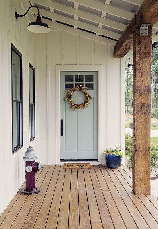 Weiße moderne Farmhouse Home Tour Ich mag diese Farben von außen.