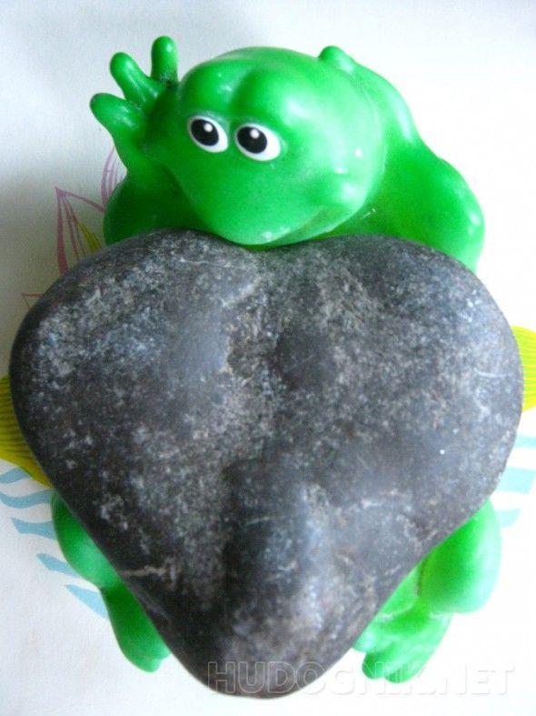 """""""Лягушка с большим сердцем"""" (""""Frog with big heart"""") композиция пластик натуральный камень клей (такие материалы в перечне на сайте не указаны)"""