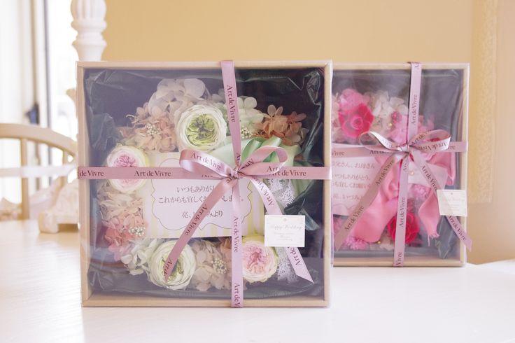 結婚式での両親へのギフトにお薦めのプリザーブドフラワーリース。中身が見えるプレゼント専用のボックスでラッピング致します。