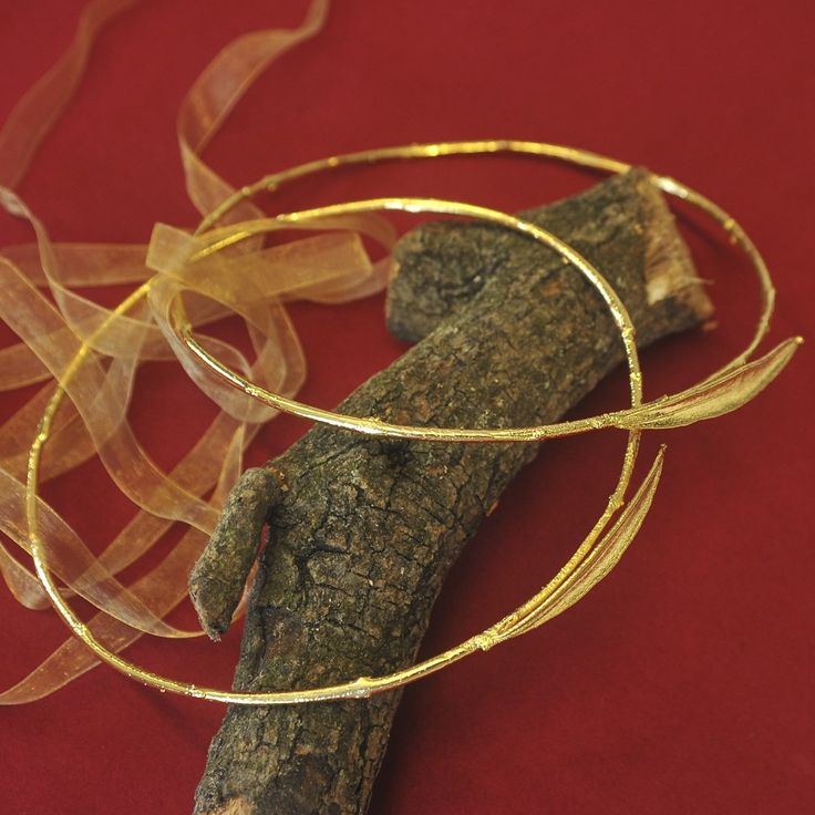 Χειροποίητα μοναδικά στέφανα από κλαδί ελιάς με φύλλα. Μια διαφορετική τεχνοτροπία στα στέφανα. Κλαδί ελιάς και φύλλα βουτηγμένα σε χρυσό 24Κ.