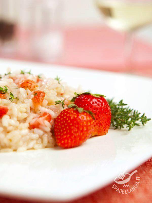 Il Risotto alle fragole e prosecco è una delizia raffinatissima e anche molto buona, ideale anche per una occasione speciale o a una cenetta romantica!