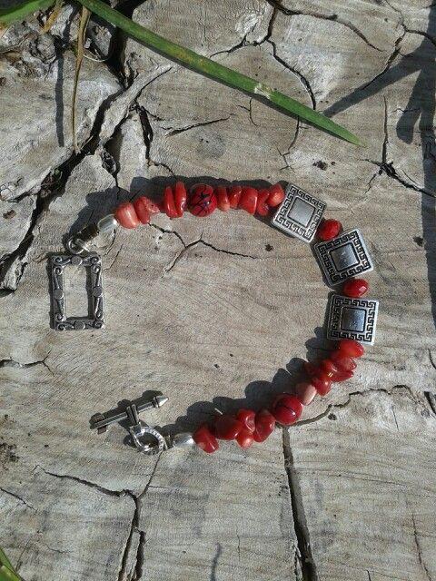 Pulsera hecha con piedra Coral y separador de fantasía