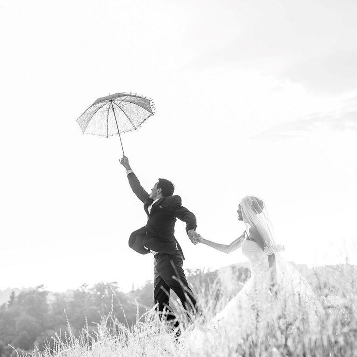 Fotograf: Martin Pröll Photography. Braut und Bräutigam mit Regenschirm im Freien. Hochzeitsfotograf Oberösterreich. Mehr Fotos von Martin Pröll: http://hochzeits-fotograf.info/hochzeitsfotograf/martin-proll-photography#Fotos