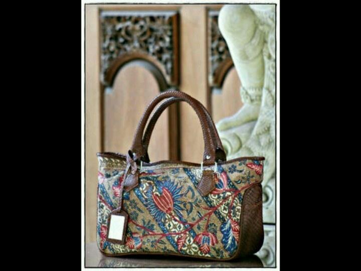 Gendhis batik bag. It made by Kunthi, Indonesia. Batik genre is Kopi Tutung, one of my fav pattern batik.