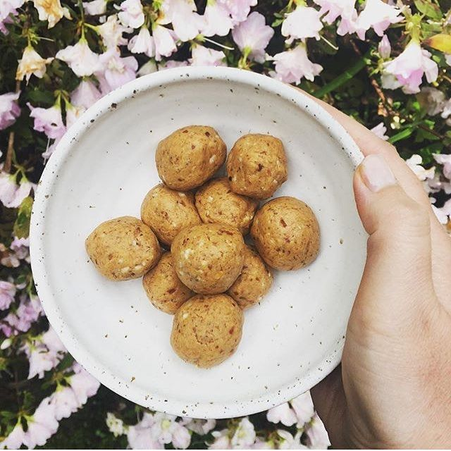 Vanilla Protein Balls adapted from my recipe made by @sugarfreeseptembernz 😛 50g vanilla protein powder, 2 tablespoons almond butter, 1 tablespoon peanut butter, 3 pitted medjool dates & 6 Brazil nuts. Mix in a blender or food processor, roll into bite size balls & store in the fridge 😋