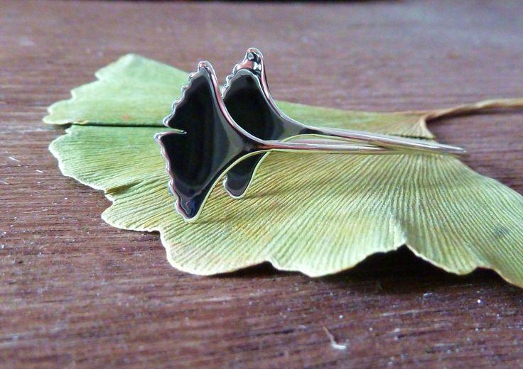 """Boucles d'Oreilles Argent Massif ---- Très féminine ----  - Feuilles de Ginkgo biloba polies, lisse - effet miroir - fixation design et moderne, minimaliste - version épuré et végétale  LE GINKGO BILOBA : Un arbre puissamment résistant  On l'appelle aussi """"arbre aux 40 écus"""" en raison de son feuillage or à l'automne. Cet arbre a résisté à la bombe atomique Hiroshima !  Les scientifiques l'étudient pour ces propriétés exceptionnelles de résistance et ses vertus médicinales."""