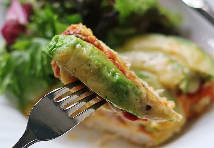 Filetes de pollo a la parmesana con un twist (<i>spoiler</i>: es aguacate).