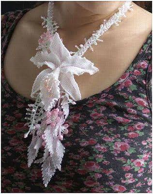 Поистине шедевральные украшения ручной работы из бисера представили японские мастера Kazari-Sakuiro. Это цветочные ювелирные изделия, которые используются самостоятельно или искусно вплетены в ожерелья.