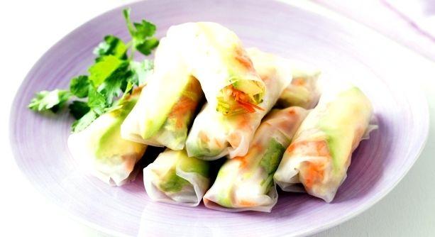 ZELENINOVÉ ZÁVITKY Z RÝŽOVÉHO PAPÍRU      100 g balení rýžového papíru/rýžových placek     1 uvařené kuřecí prsíčko rozdělené na vlákna     1 mrkev, 1 červená paprika, avokádo a ½ salátové okurky nakrájená na tenké proužky     oblíbený listový salát  na omáčku k namáčení:      4 lžíce thajské rybí omáčky     2 lžíce rýžového octa     lžička citronové šťávy     1 čerstvá chilli paprička