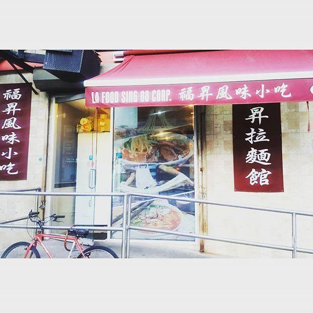牛肉たっぷりの、旨味溢れる牛肉麺が食べられるレストランは、Hand-pulled Noodle Q! : : レストラン名でも表されているように、お店の中で麺が作られています! : : 実際に食べると、麺が美味しい! : : 実際に、手で作られているのを見ているから、より一層そう感じるのかも、知れないですね🤗 : しかも、なんと言っても、値段が安い!!!ニューヨークでご飯を食べるとき、レストランだと15-20ドルが普通!それプラスチップです。でも、ここは1食あたり約7ドル😎 お財布に優しいのも魅力です! : つい旅行で、色々なことにお金を費やしすぎたなっていう時に、おすすめです❤ : ■Hand-pulled Noodle Q Adress// 2 E Broadway, New York, NY 10038 : : ☆お店の地図は、随時シェアします🙇♀️…