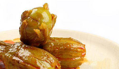 Berenjena de Almagro aliñada. Corazón grande, de textura suave, jugoso y sabroso, ya que absorbe muy bien el aliño, lo que le da su característico sabor.   De gran valor nutricional, tienen propiedades antioxidantes y un bajo contenido calórico. De gran tradición en toda España, tanto como entrante como aperitivo. http://www.porprincipio.com/conservas-vegetales/14-berenjena-de-almagro-alinada-conservas-calzado.html#