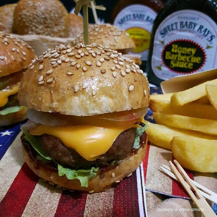 I mini hamburger integrali fatti in casa sono dei sofficissimi e gustosissimi paninetti integrali fatti di pasta brioche e farciti .