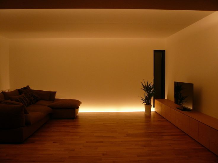 伊東亮一建築設計事務所 の モダンな リビングルーム 善光寺平を望む家   下からの間接照明、壁を照らす