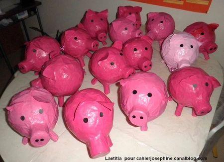 Le corps du cochon est un ballon de baudruche recouvert de papier mâché; les pattes sont des bouchons de liège, le groin deux gros bouchons (de bouteilles de lait par exemple) collés ensemble et la queue, un bolduc rose. Le tout peint à l'acrylique.