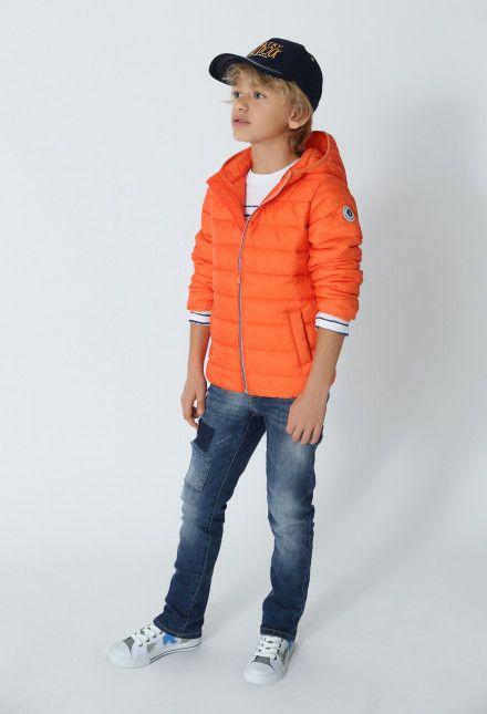 Mode garçon : jean garçon slim avec patch, sous-doudoune garçon orange, casquette, baskets basses blanches, sweat blanc molletonné