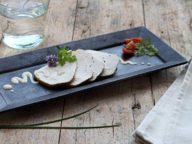 Il tacchino tonnato: un grande classico della collezione di ricette primavera-estate. E anche una ricetta facile e veloce che quasi si impara a memoria. Scoprila nel nostro sito.