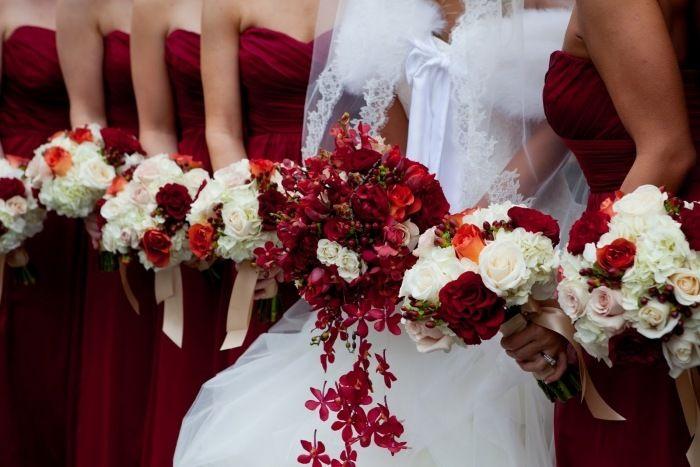 Blumensträuße in Rot und Weiß für die Braut und Brautjungfern