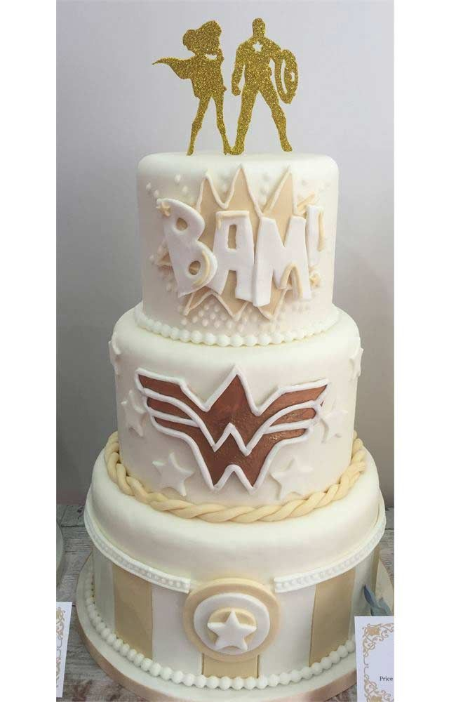This design from Emerald City Cupcakes is an amazing wedding cake choice if your new hubby is the Captain America to your Wonder Woman #superherowedding