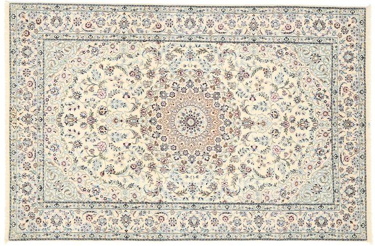 Questi tappeti sono annodati a mano nelle botteghe della città di Nain nella Persia centrale, vicino a Isfahan.  Sono solitamente molto chiari con colore di fondo bianco panna o blu scuro, e un grande medaglione centrale.