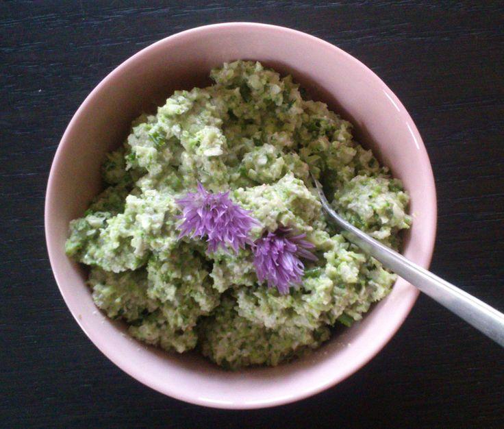 Cremet broccoli: Riv en halv broccoli, hæld kogende vand over, lad stå 1-2 min. Blend: En håndfuld cashewnødder, ca 3 spsk. vand til en cremet masse. Tilsæt lidt chili, 1 spsk 0mega-3 olie, citronsaft og peber. Bland med broccoli og hakket purløg.
